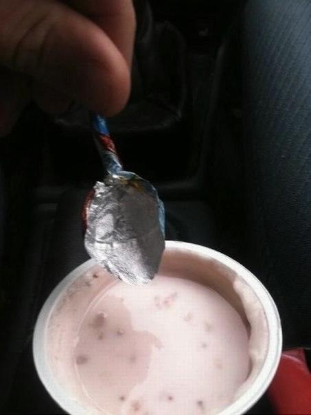 Как съесть йогурт, когда под рукой нет ложки (453x604, 59Kb)