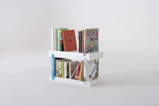 Дизайн книжной полки с углублениями по краям