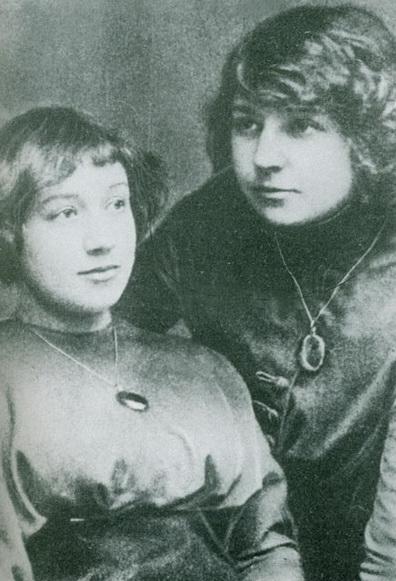 Анастасия и Марина Цветаевы. 1911 год (396x581, 162Kb)