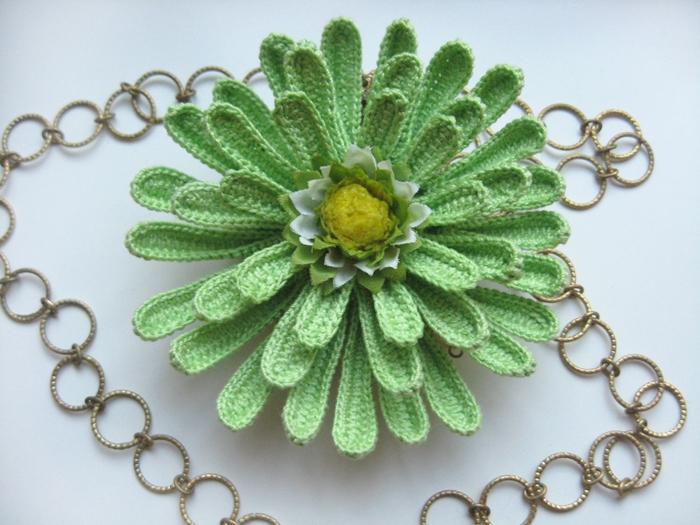 Вязаная хризантема- брошь