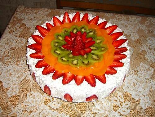 Як прикрасити торт фруктами фото