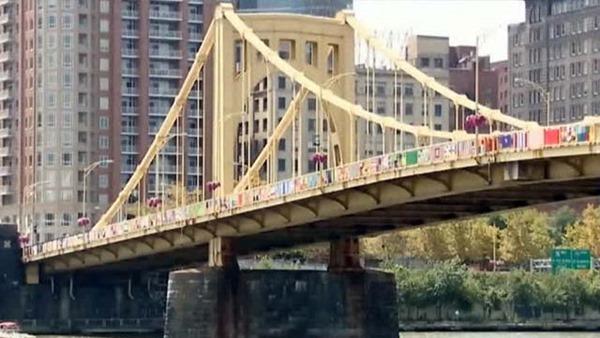 Мост с вязаными покрывалами на родине Энди Уорхола