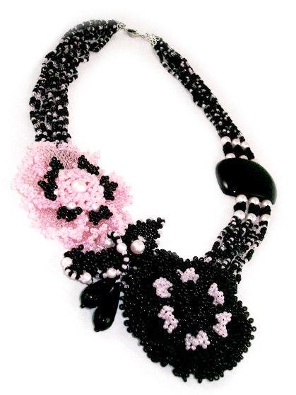 ...из натуральных камней. вы найдете самые разные авторские украшения, в том числе брелоки, броши, заколки и обручи.