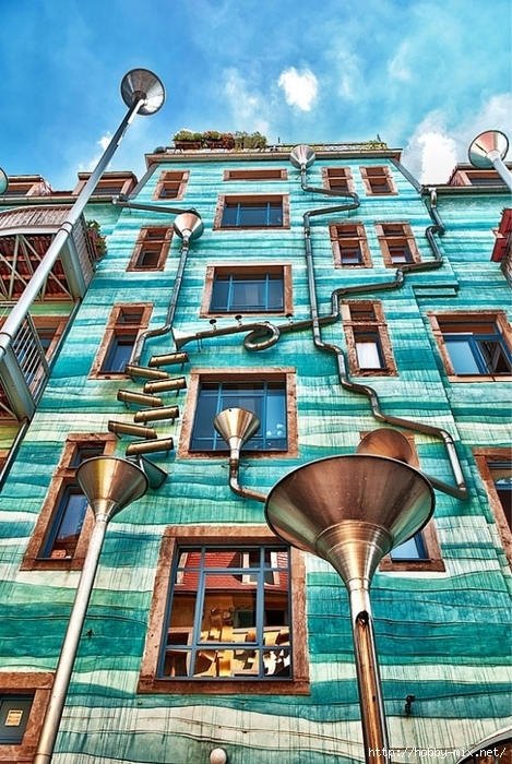 musical-rain-gutter-funnel-wall-in-dresden-germany-3 (469x700, 351Kb)