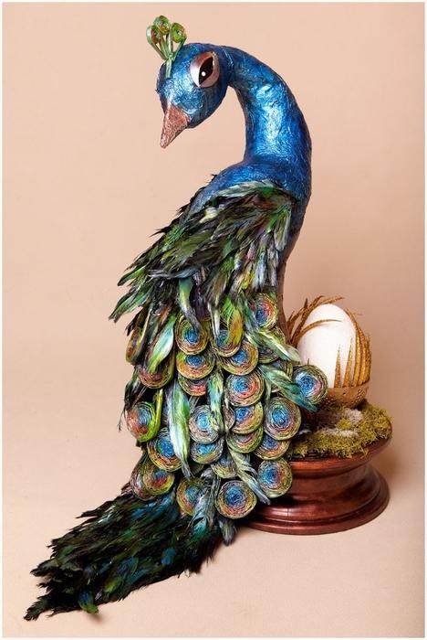 Восхитительный павлин из бумаги, газетных трубочек и перьев (3) (468x700, 219Kb)