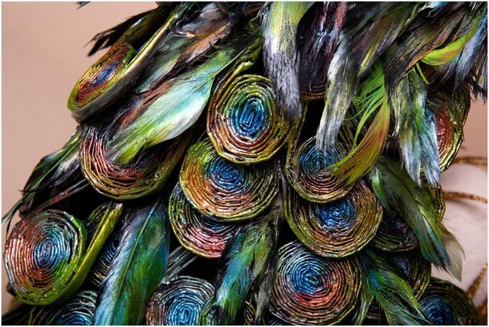 Восхитительный павлин из бумаги, газетных трубочек и перьев (4) (700x468, 334Kb)