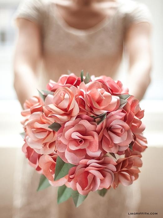 венки и свадебные букеты из бумажных розочек (17) (523x700, 224Kb)