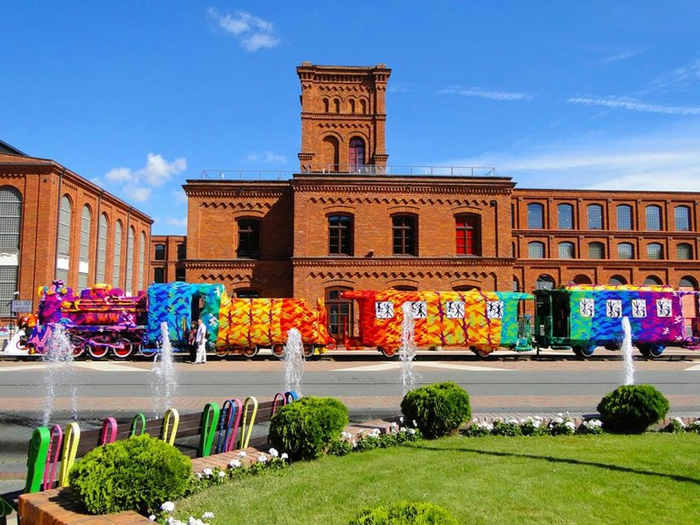 польская художница и её вязанные поезда