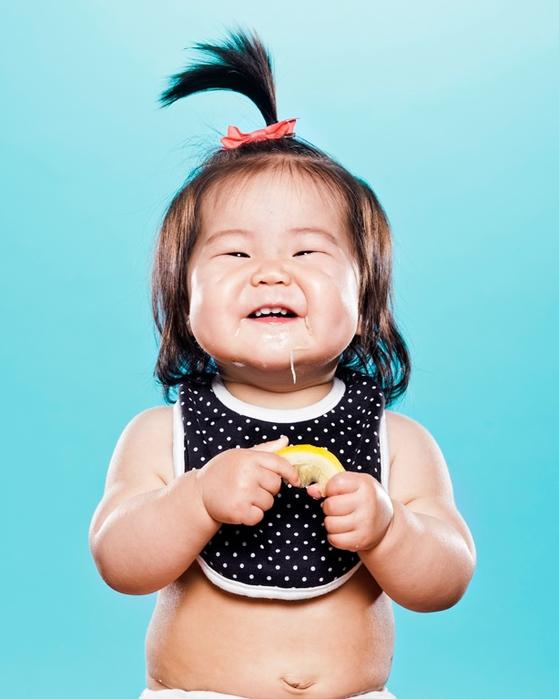 Вкус лимона: видео, как малыши впервые в жизни пробуют эту кислятину