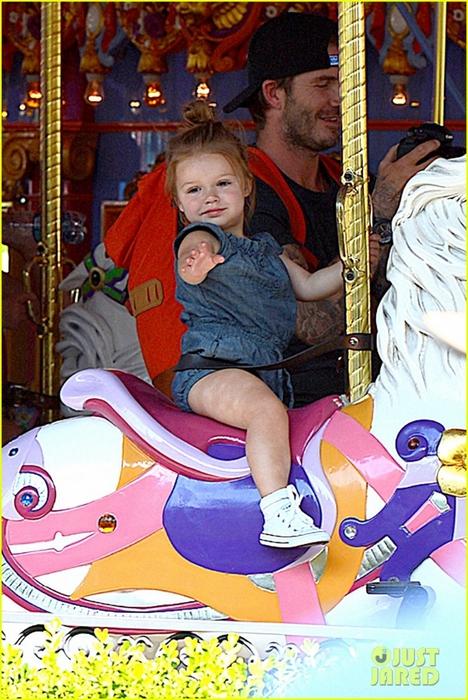 david-victoria-beckham-disneyland-family-trip-02 (468x700, 314Kb)