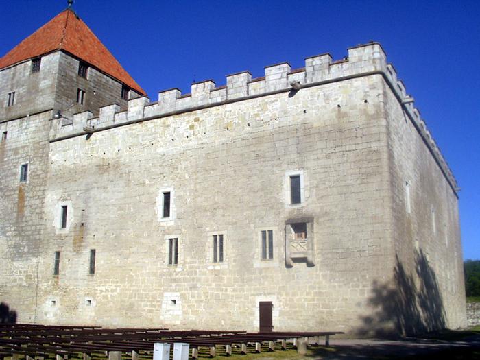 курессаре, замок 1 (700x525, 519Kb)