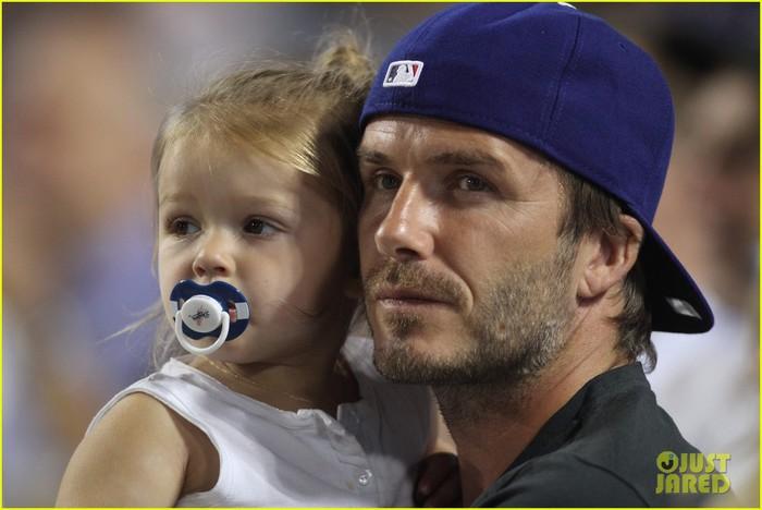 david-beckham-harper-daddy-daughter-baseball-game-05 (700x468, 69Kb)