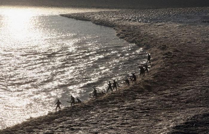 приливная волна на реке цяньтан китай 1 (700x450, 288Kb)