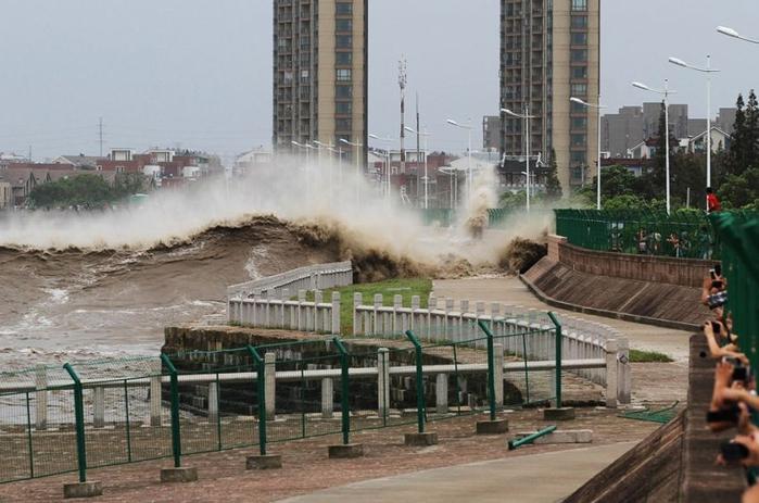 приливная волна на реке цяньтан китай 3 (700x463, 232Kb)