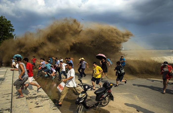 приливная волна на реке цяньтан китай 7 (700x460, 231Kb)