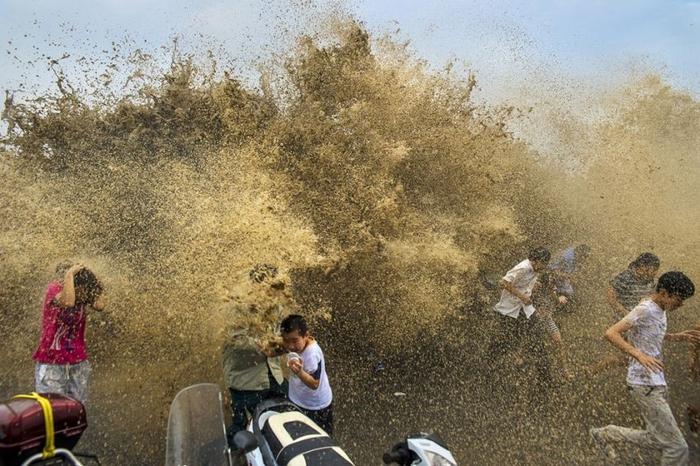 приливная волна на реке цяньтан китай 9 (700x466, 294Kb)