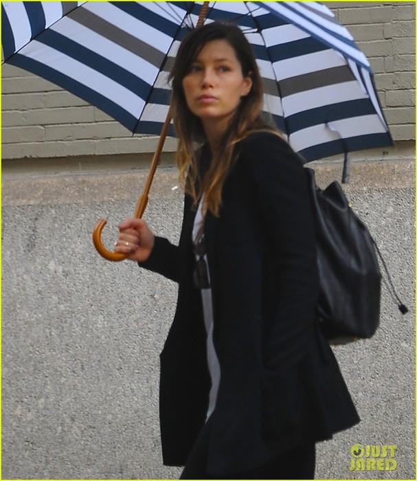 jessica-biel-rainy-day-in-nyc-09 (607x700, 107Kb)