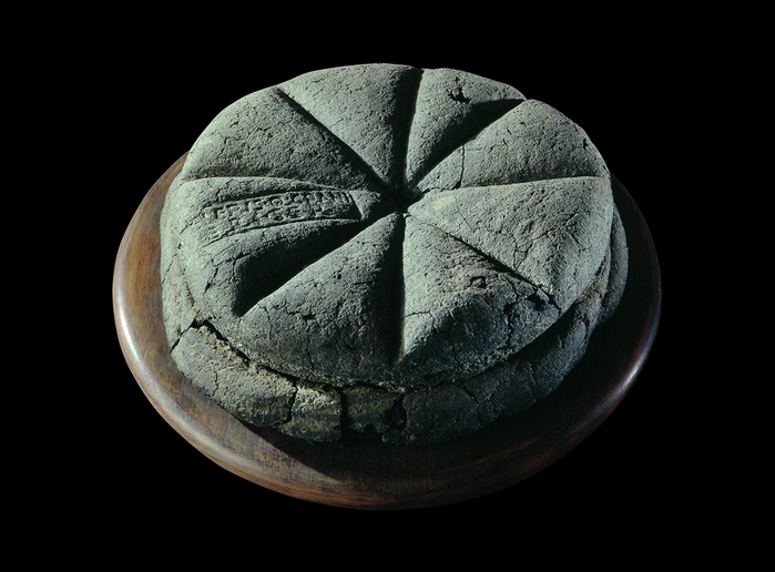 A-carbonised-loaf-of-bread-from-Pompeii (700x516, 254Kb)