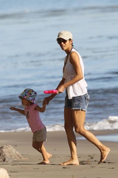 Halle Berry enjoys unusually warm weather aJFGvS7f8L1l