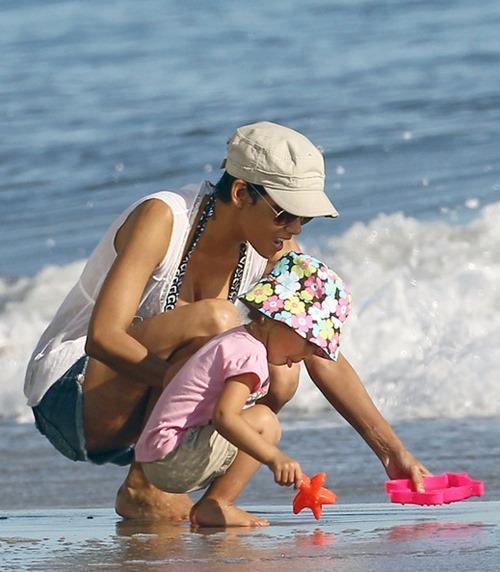 Halle Berry enjoys unusually warm weather G5EEO03Hia7l