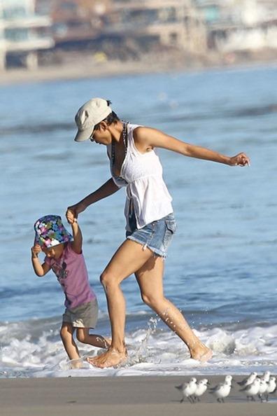 Halle Berry enjoys unusually warm weather OFY_69fVsTol