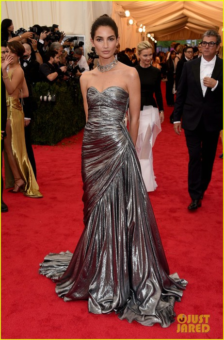 lily-aldridge-is-wrapped-in-silver-at-met-ball-2014-05 (462x700, 107Kb)
