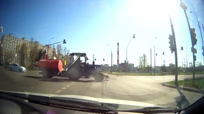 3821971_Vesyolii_molochnik_na_traktore_Kadr__151 (700x392, 139Kb)