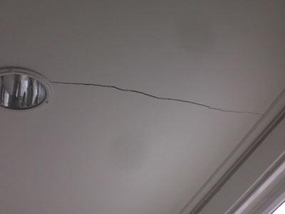 Дом дает усадку – трескаются потолки!