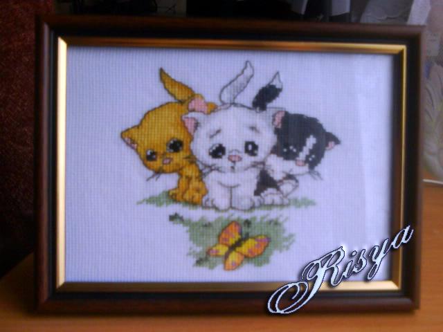 Три котёнка с бабочкой.