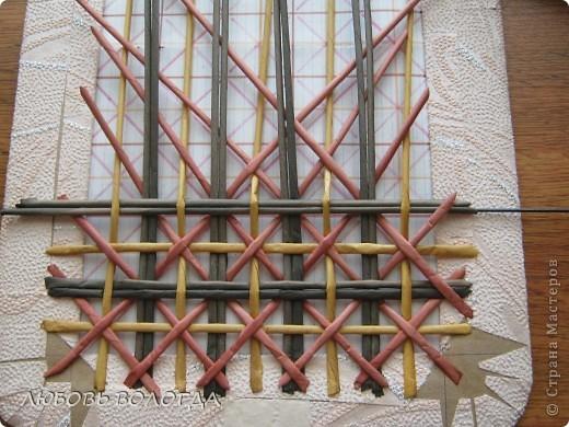Плетение из газет. Мастер-класс на крышку с цветным узором из трубочек (10) (520x390, 230Kb)