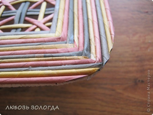 Плетение из газет. Мастер-класс на крышку с цветным узором из трубочек (16) (520x390, 161Kb)