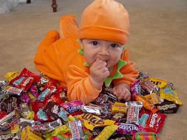 Малыш с конфеткой