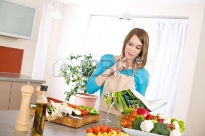 6953543-cuisine--femme-lire-le-livre-de-recettes-pour-la-recette-de-cuisine-moderne-avec-des-legumes-et-des- (610x367, 223Kb)