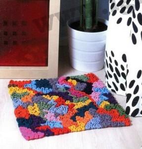 Для коврика размеров 45*47 см потребуется связать сетку 1*1 см, где 47 - высота. .  Она вывязывается темной нитью...