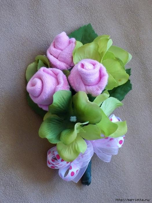 Подарок для новорожденного. Розочки из носочков (1) (525x700, 305Kb)