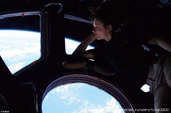 Космонавт девушка 3 (570x377, 108Kb)