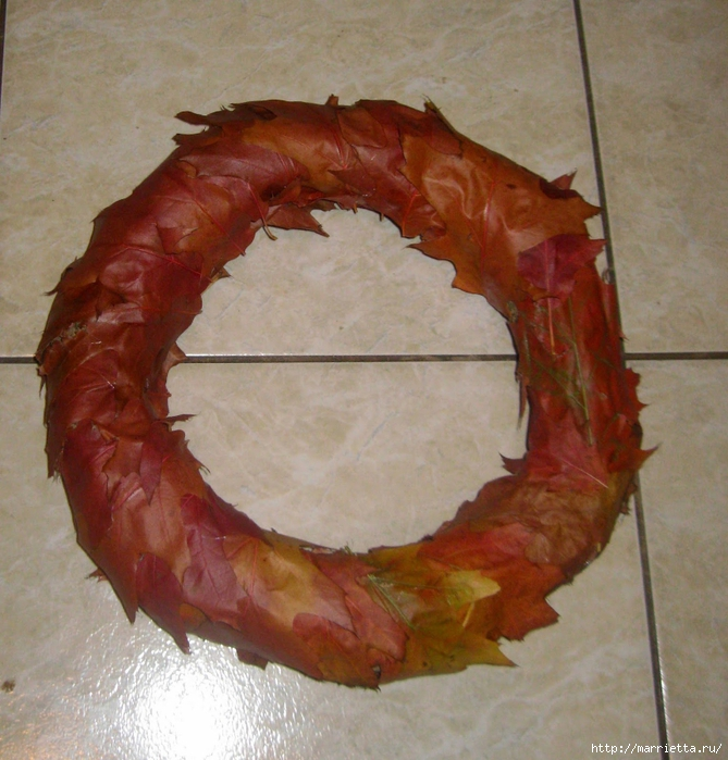 Осенний венок с кленовыми листьями, шиповником и желудями (5) (669x700, 347Kb)