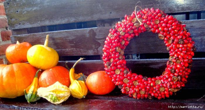 Осенний венок с кленовыми листьями, шиповником и желудями (8) (700x375, 264Kb)