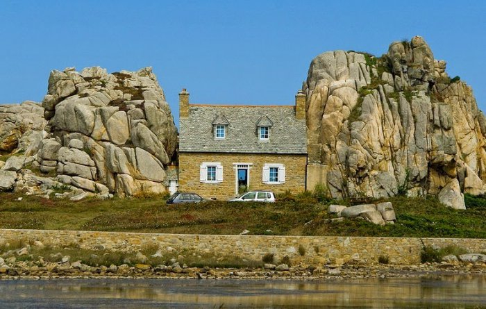 дом между двух камней фото 5 (700x445, 330Kb)