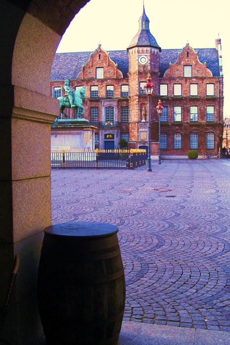Позднеготическая  ратуша  (Rathaus) с отдельными элементами свойственными стилю ренессанс, построена в 1570-1573 гг.