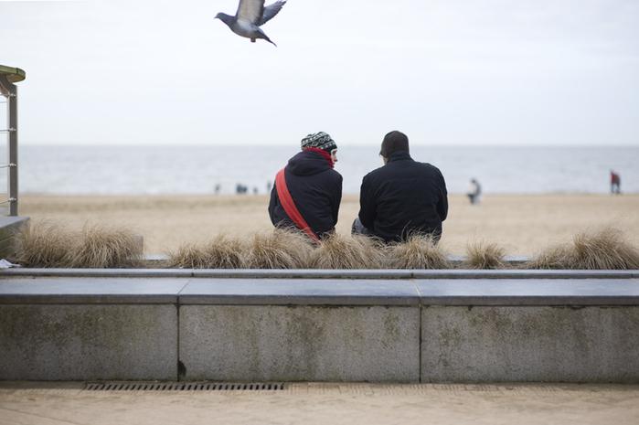 одинокая пара на море