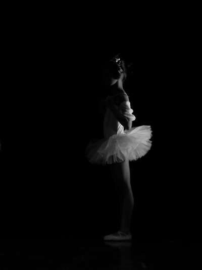Dancer_in_the_Dark___BW_by_Anonymous_Caribou (400x533, 5Kb)