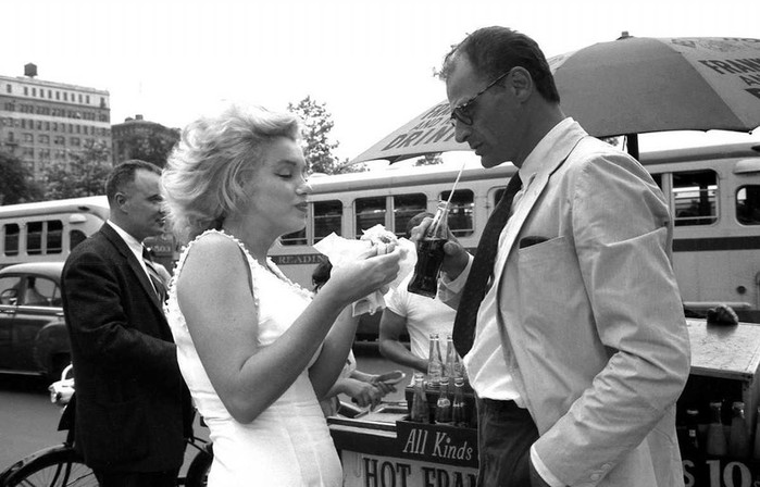 Marilyn Monroe & Arthur Miller, NYC 1957 (699x448, 77Kb)