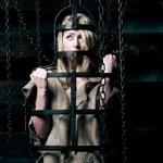Девушка Керри в клетке