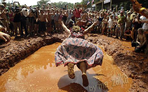 Барбара 'Redneck королева' Бейли показывает толпе правильный способ сделать Bellyflop