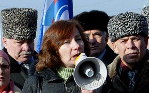 Наталья Эстемирова говорит на митинг в Грозном, Чечня, в начале этого года