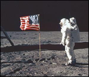 Экспедиция Аполлон-11 к Луне. Астронавт Эдвин Олдрин у на Луне установленного американского флага