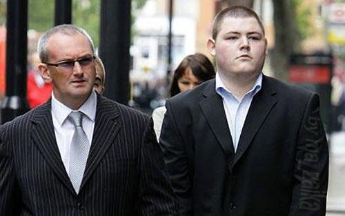Актер Джейми Waylett (справа) прибыл в Вестминстерский суд магистратов в Лондоне