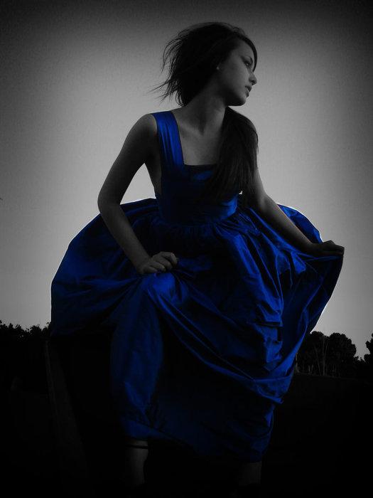 Девушка в черно синем платье