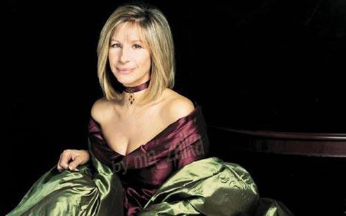 Barbra Streisand в одном из платьев, которое вытавлено на торги